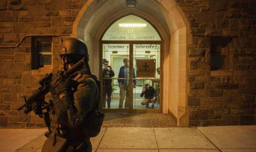 Policías y guardias nacionales patrullan la intersección de Cumberland con la avenida Pennsylvania durante los disturbios provocados por las protestas contra la muerte de Freddie Gray en Baltimore. EFE