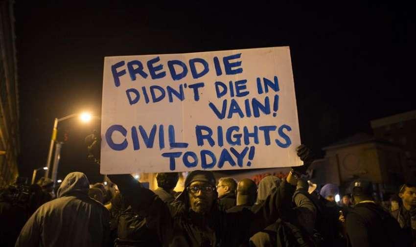 """Un manifestante sostiene una pancarta en la que se puede leer """"¡Freddie no murió en vano! ¡Derechos Civiles hoy!"""" durante una manifestación en Baltimore (Estados Unidos). EFE"""