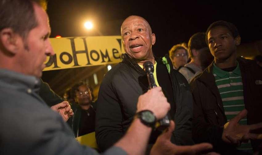 El representante afroamericano Elijah Cummings se dirige a los medios de comunicación durante una protesta contra la muerte de Freddie Gray en Baltimore (Estados Unidos). EFE