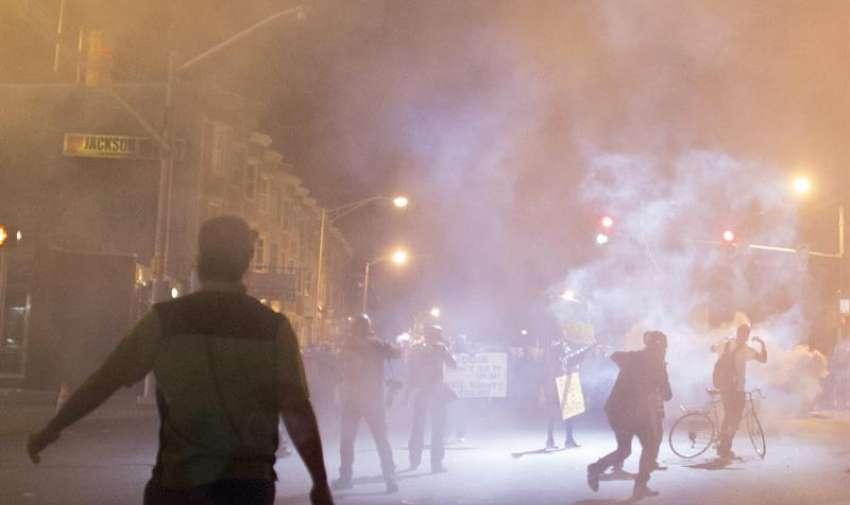 Manifestantes protestan contra la muerte de Freddie Gray en Baltimore (Estados Unidos) ayer, martes 28 de abril de 2015.EFE