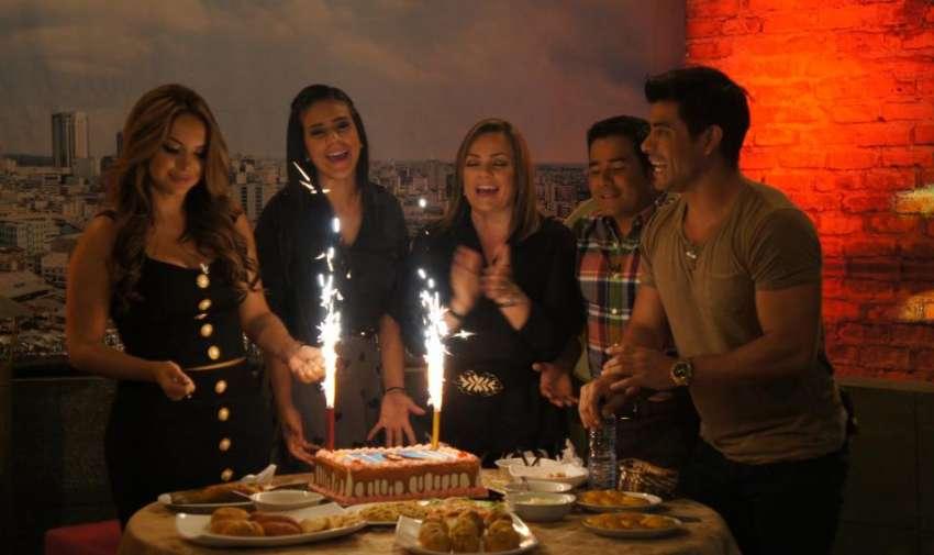 Michela, Úrsula, Henry y Efraín festejando a su compañera Éricka. Foto: Ecuavisa