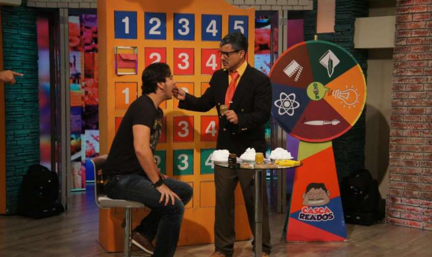Adivinar el sabor de la compota es una de las penitencias del juego en 'cascareados'. Foto: Ecuavisa