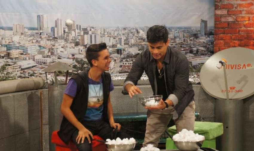 Maykel Cedeño y Efraín Ruales participando de un juego de penitencias. Foto: Ecuavisa