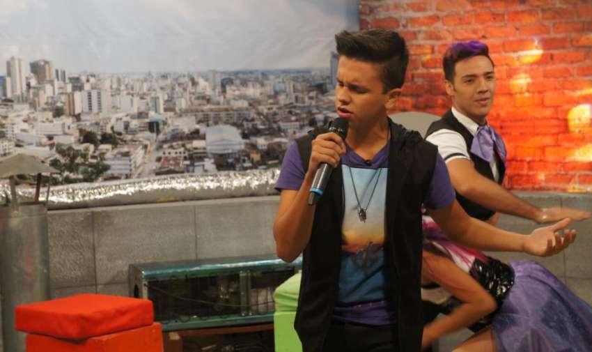 Maykel Cedeño, cantante ecuatoriano, durante su interpretación de 'Violeta' su más reciente tema musical. Foto: Ecuavisa