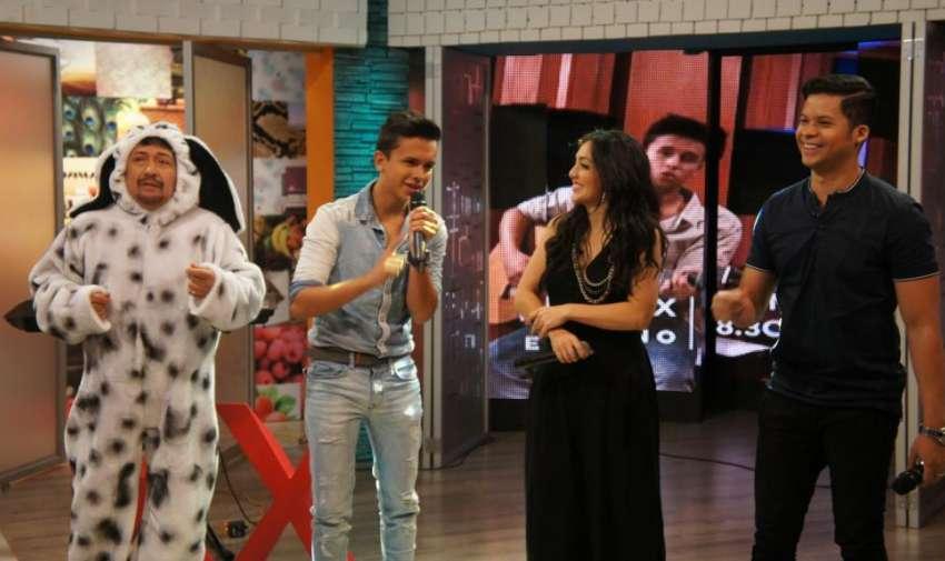 Maykel Cedeño, Pamela Cortés y Jorge Luis del Hierro, interpretando una versión acústica de sus temas musicales. Foto: Ecuavisa