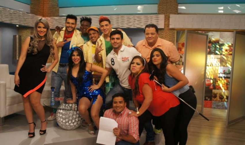 Los presentadores de En Contacto, junto al elenco del Combo Amarillo. Foto: Ecuavisa