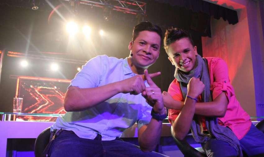 Jorge Luis del Hierro junto con Maykel durante la grabacíon de la promo de 'Factor X Kids'. Foto: Ecuavisa