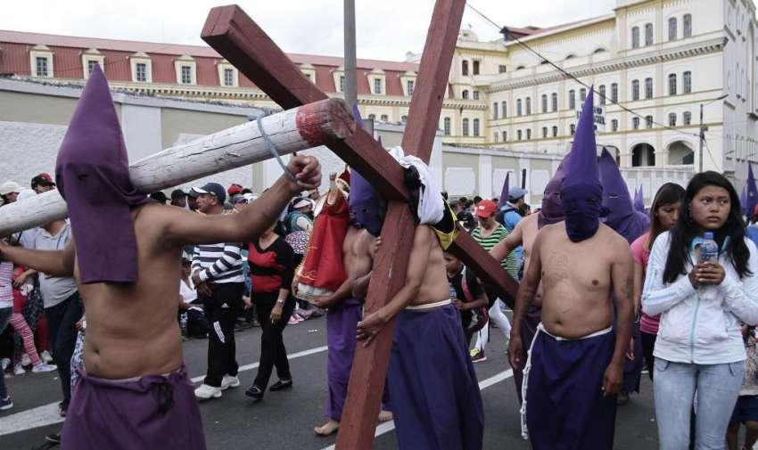 Miles de cucuruchos, verónicas, cristos, romanos y músicos desfilaron por las angostas calles de la capital. Foto: API