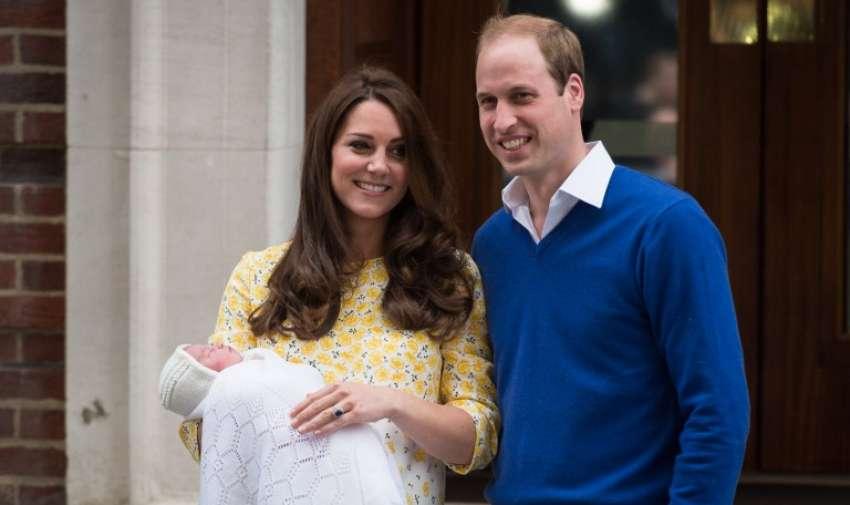 El príncipe Guillermo ( R) y Catherine , duquesa de Cambridge muestran su hija recién nacida , su segundo hijo , a los medios de comunicación fuera de la Lindo ala en el Hospital de Santa María en el centro de Londres , el 2 de mayo de 2015. AFP