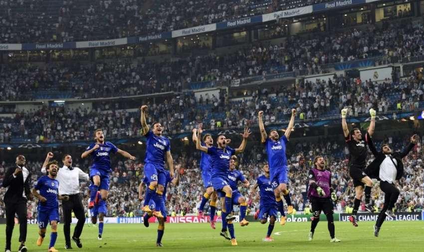 Jugadores de la Juventus 'celebran después de ganar el partido de fútbol partido de vuelta de la UEFA Champions League semifinal Real Madrid vs Juventus en el estadio Santiago Bernabéu de Madrid el 13 de mayo de 2015. AFP