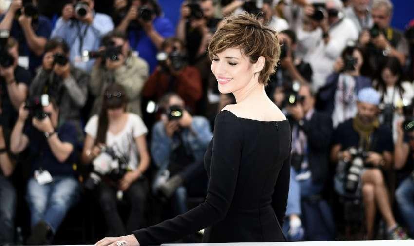 """Actriz francés Louise Bourgoin sonríe durante una sesión fotográfica para la película """"Je suis un Soldat"""" (Yo soy un soldado) en el 68º Festival de Cine de Cannes en Cannes, sureste de Francia, el 20 de mayo de 2015. Foto: AFP"""
