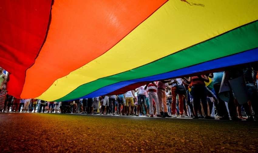 Los locales participan en un desfile gay, el 9 de mayo de 2015, en La Habana. AFP