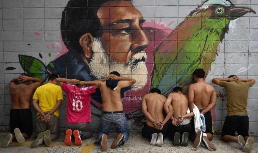 Presuntos miembros de la pandilla Barrio 18 son detenidos por miembros de la Policía Nacional Civil durante una operación en San Salvador el 11 de mayo de 2015. AFP