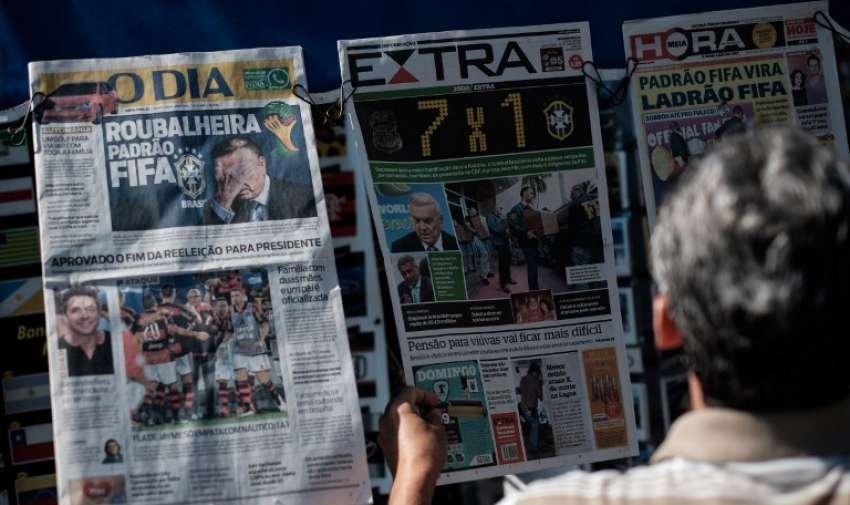 Las portadas de los periódicos en un quiosco que muestran funcionarios arrestados FIFA entre ellos el ex presidente de la Confederación Brasileña de Fútbol ( CBF ) y actual miembro del comité de la FIFA organizador de los torneos olímpicos de fútbol , José María Marín, acusado de corrupción. Río de Janeiro , Brasil , el 28 de mayo de 2015. AFP