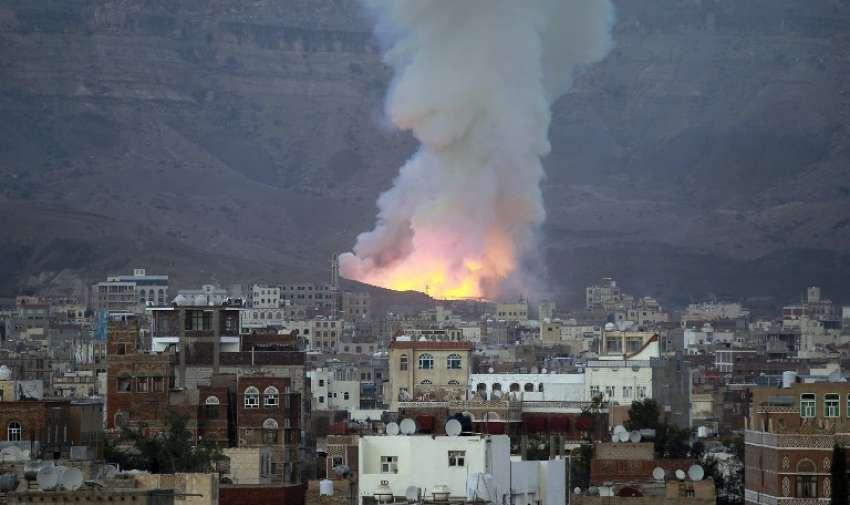 Olas de humo tras un ataque aéreo de la coalición liderada por Arabia el 11 de mayo de 2015, en la capital Saná. El ataque dirigido un depósito de armas en la zona del monte Noqum en las afueras del este de Saná, lo que provocó varias explosiones. AFP