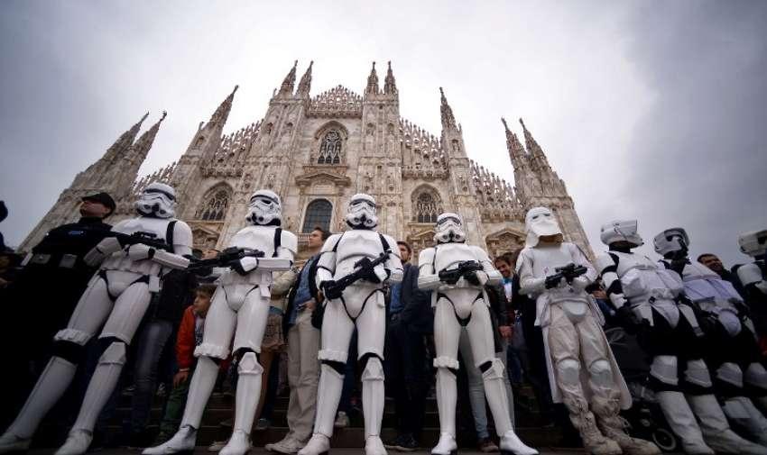 """Cosplayers vestidos como """"Star Wars"""" tropas de asalto de pie delante de la catedral de Milán el 3 de mayo 2015, como parte de Star Wars Day. AFP"""