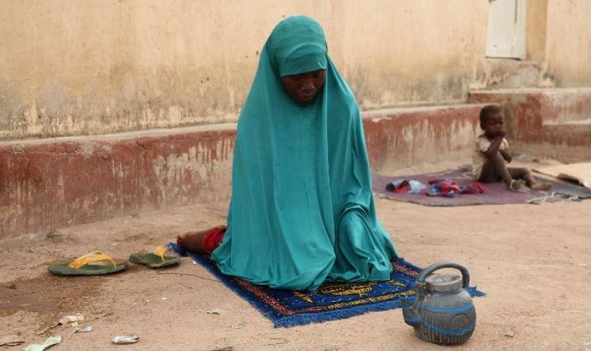 Una mujer rescatada por soldados nigerianos de militantes islámicos Boko Haram en Sambisa Bosque reza en el campo de refugiados Malkohi en Yola el 5 de mayo de 2015. EFE