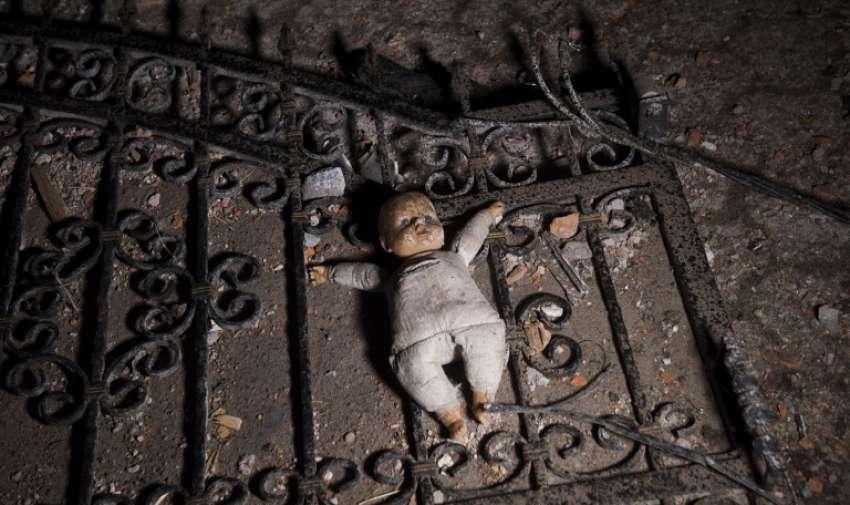 Una imagen tomada en 10 de mayo 2015 muestra una muñeca en el suelo a la entrada de una casa destruida tras los enfrentamientos entre policías macedonios y un grupo armado en Kumanovo. AFP