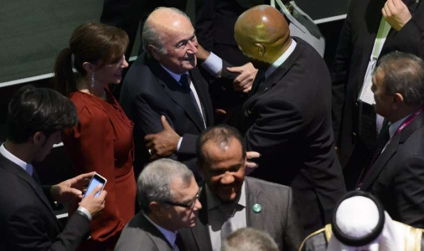 Presidente de la FIFA , Joseph Blatter ( C ) es recibido por un cliente al final de la ceremonia de apertura del 65º Congreso de la FIFA en Zurich el 28 de mayo de 2015. AFP