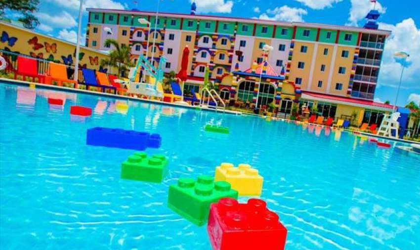 El parque tiene entre 40 y 50 atracciones, entre ellas, la montaña rusa The jungle coaster, que será trasladada desde Legoland Windsor.