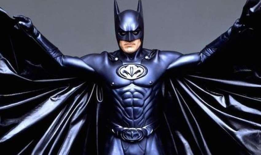 Los seguidores del Caballero Oscuro seguro que no olvidan el traje que el actor llevó en Batman y Robin. Aún no sabemos qué era lo que pretendían con esos cubre pezones que sobresalen de la coraza.