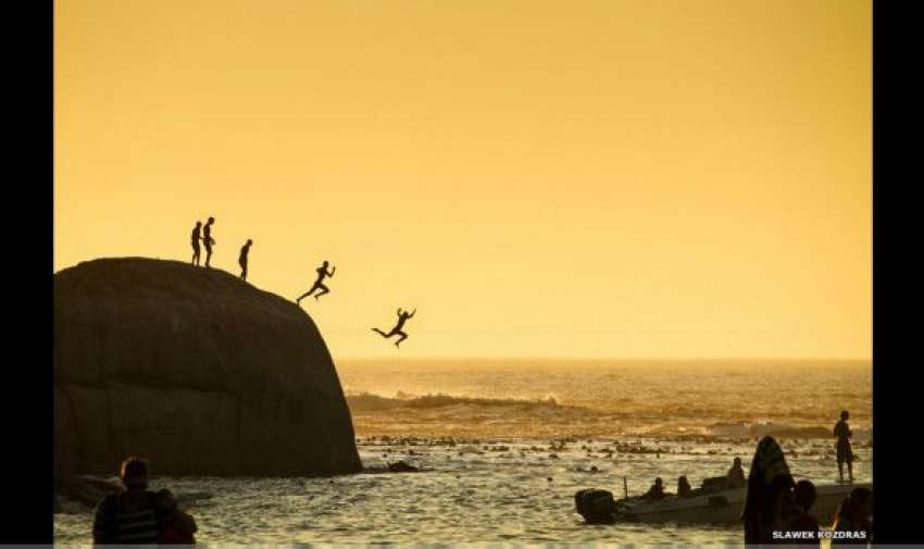 En otro lado del continente africano, jóvenes saltan al mar en la playa de Clifton Beach, frente a Ciudad del Cabo. La imagen fue tomada por Slawek Kozdras. BBC