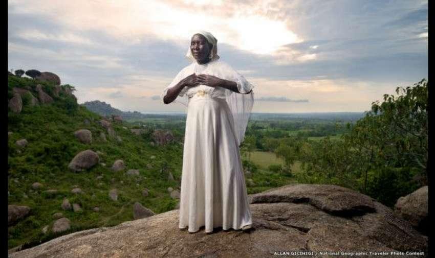 Esta foto de Allan Gicihigi muestra a una mujer que escala diariamente la formación rocosa Kit Mikay, en el occidente de Kenia, para meditar. Esta aglomeración de rocas tiene aproximadamente 40 metros de altura. BBC