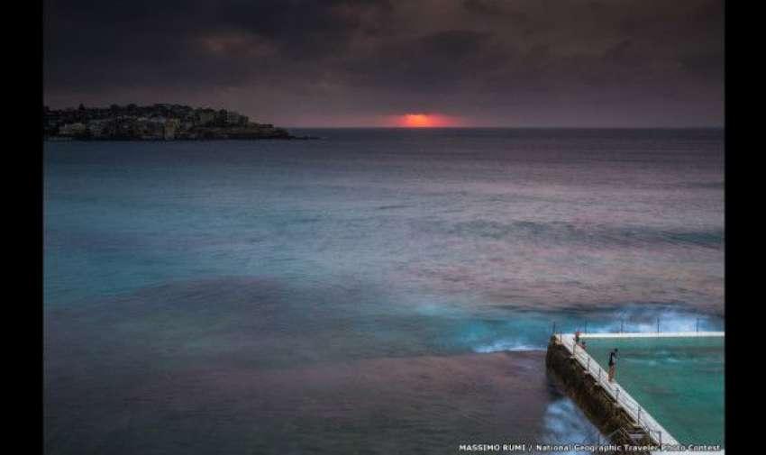 El viajero Massimo Rumi tuvo que despertarse antes de la salida del sol para captar el ritual matinal de este nadador en Australia. BBC