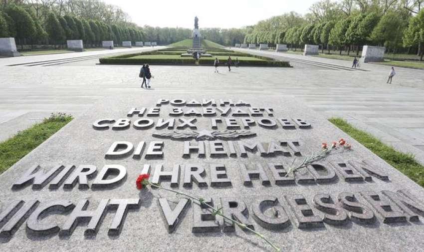 Claveles rojos sobre una placa en cenotafio soviético en el parque de Treptow en Berlín, Alemania, hoy, 8 de mayo de 2015. El Parlamento alemán conmemora hoy el 70 aniversario del fin de la Segunda Guerra Mundial tras la capitulación del Tercer Reich, en una acto solemne al que asisten el presidente del país, Joachim Gauck, y la canciller, Angela Merkel. EFE