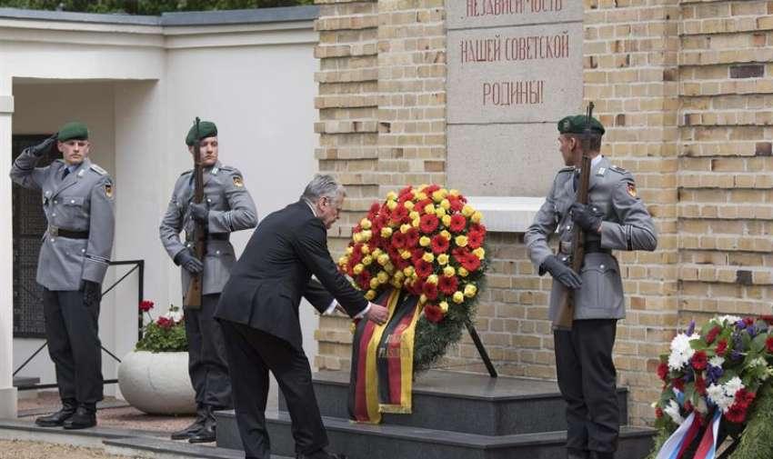 El presidente alemán, Joachim Gauck (c), durante una ofrenda floral con motivo del setenta aniversario del fin de la II Guerra Mundial en Lebus, Alemania, hoy, 8 de mayo de 2015. EFE