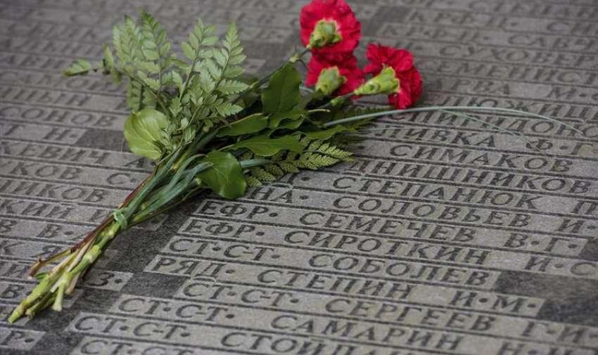 Claveles rojos sobre una lápida con los nombres de los soldados soviéticos que fallecieron durante la II Guerra Mundial, durante un acto celebrado con motivo del setenta aniversario del fin de la II Guerra Mundial en Lebus, Alemania, hoy, 8 de mayo de 2015. EFE