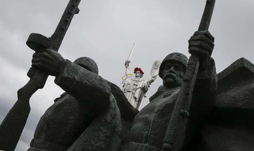 Vista de la Estatua de la Madre Patria, decorada con una corona de amapolas rojas, en el Museo de la Gran Guerra Patria, en Kiev, Ucrania, hoy, viernes 8 de mayo de 2015, con motivo del 70 aniversario del fin de la Segunda Guerra Mundial. EFE