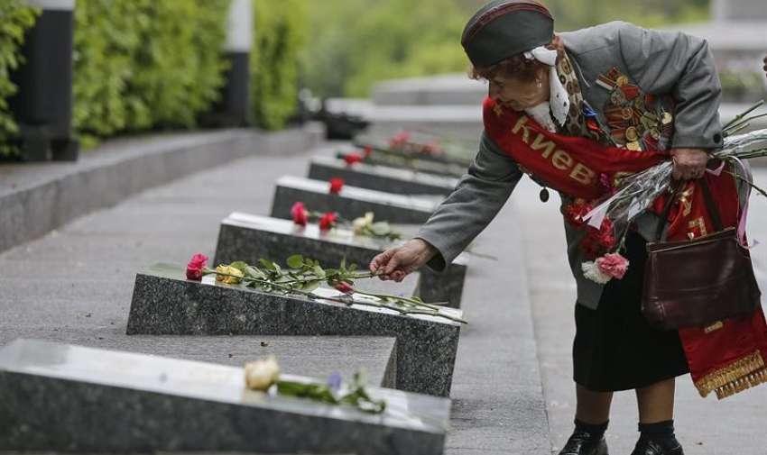 Ivanchenko Emilia, una veterana ucraniana de la II Guerra Mundial, deposita flores cerca de la Tumba del Soldado Desconocido en Kiev, Ucrania, hoy, viernes 8 de mayo de 2015, con motivo del 70 aniversario del fin de la Segunda Guerra Mundial. EFE