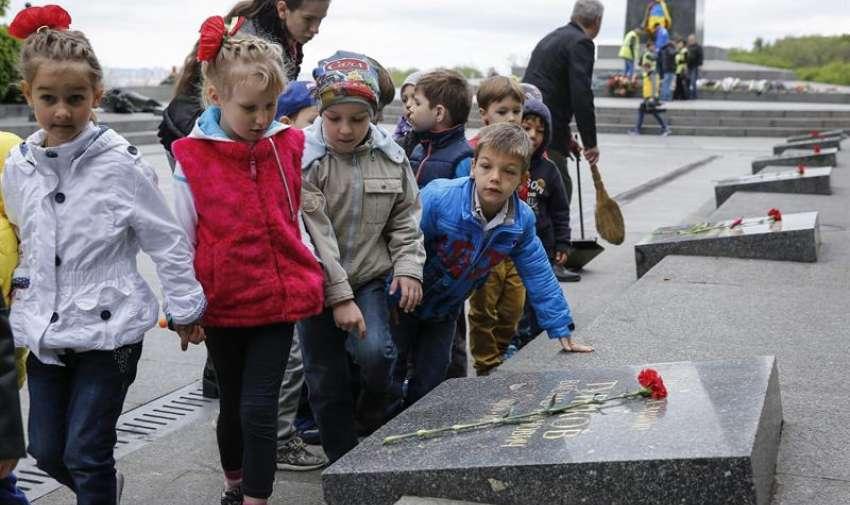 Un grupo de niños camina cerca de la Tumba del Soldado Desconocido en Kiev, Ucrania, hoy, viernes 8 de mayo de 2015. Foto: Ecuavisa