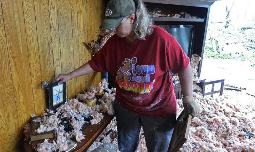 Una mujer recopila algunas de sus pertenencias en su domicilio, destruído tras el fuerte tornado que el pasado 9 de mayo golpeó el norte del estado de Texas, Estados Unidos, hoy, 11 de mayo de 2015. EFE