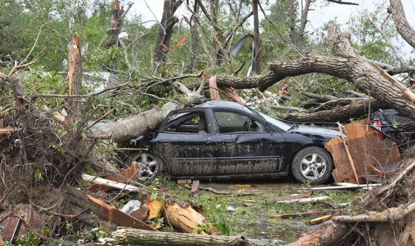 Un vehículo destrozado por la caída de varios árboles tras el fuerte tornado que el pasado 9 de mayo golpeó el norte del estado de Texas, Estados Unidos, hoy, 11 de mayo de 2015. EFE