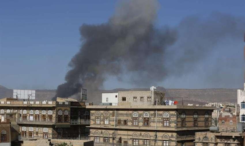 Una columna de humo tras un ataque aéreo de la coalición liderada por Arabia Saudí en Saná (Yemen). EFE