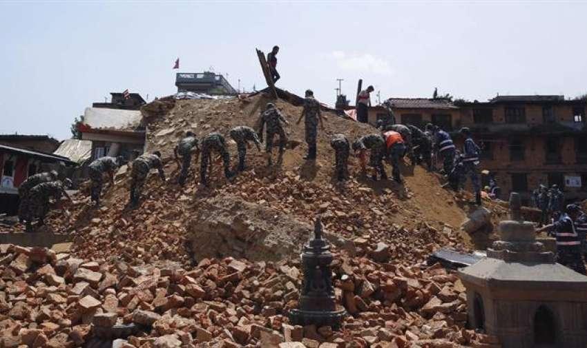 Militares trabajan en la recogida de escombros en Bungmati (Nepal) hoy, martes 12 de mayo de 2015. EFE