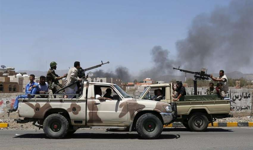 Miembros del ejército de los rebeldes hutíes patrullan las calles tras un bombardeo de la coalición árabe liderada por Arabia Saudí en Saná, Yemen. EFE