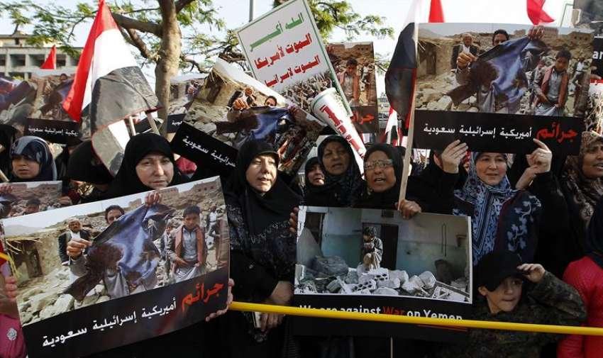 Varias personas participan en una manifestación convocada por el grupo chií libanés Hizbulá, en protesta por los bombardeos de la coalición árabe en Yemen, frente a la sede de las Naciones Unidas en Beirut, Líbano. EFE
