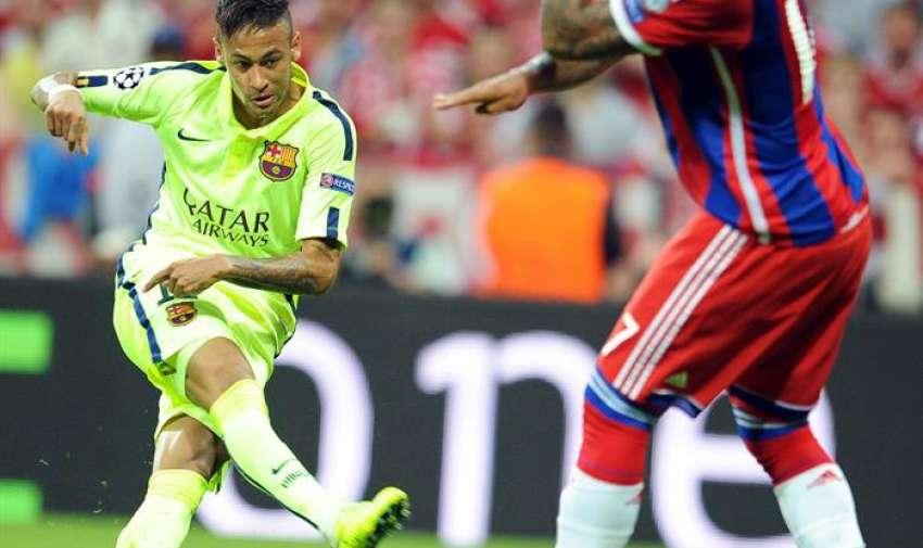El jugador del Barcelona Neymar anota el segundo gol de su equipo hoy, martes 12 de mayo de 2015, durante el segundo partido de una de las semifinales de la Liga de Campeones de la UEFA. EFE