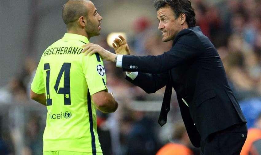 El director técnico de Barcelona, Luis Enrique (d), da instrucciones al jugador Javier Mascherano (i) hoy, martes 12 de mayo de 2015. EFE