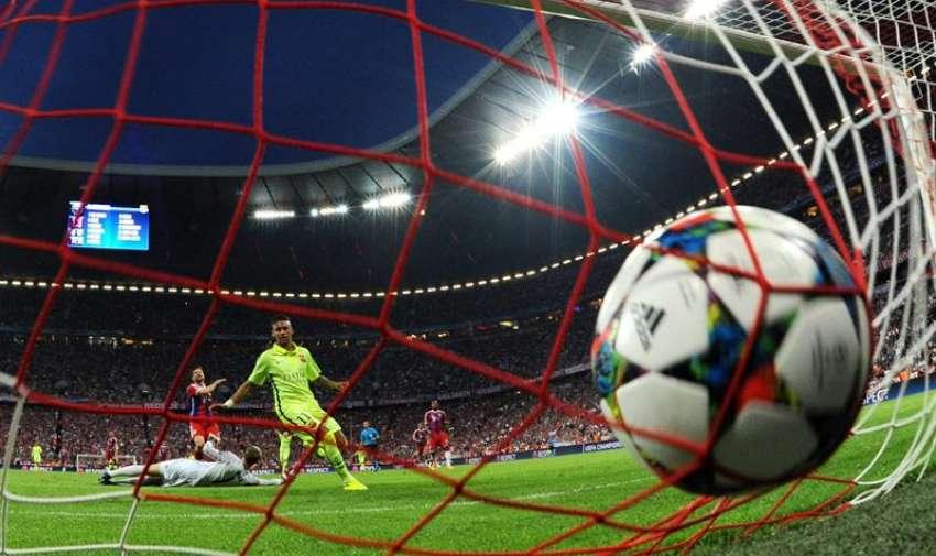 El portero del Bayern Manuel Neuer recibe el gol del empate 1-1 hoy, martes 12 de mayo de 2015. Foto: EFE