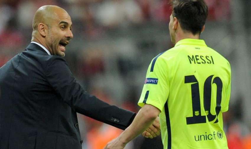 El director técnico del Bayern, Pep Guardiola (i), estrecha la mano del futbolista Lionel Messi (d), del Barcelona. EFE