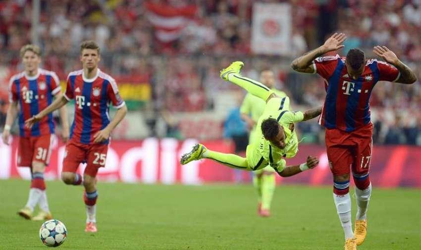 El jugador del Bayern Jerome Boateng (d) en acción ante Neymar (i), del Barcelona, hoy, martes 12 de mayo de 2015. Foto: EFE