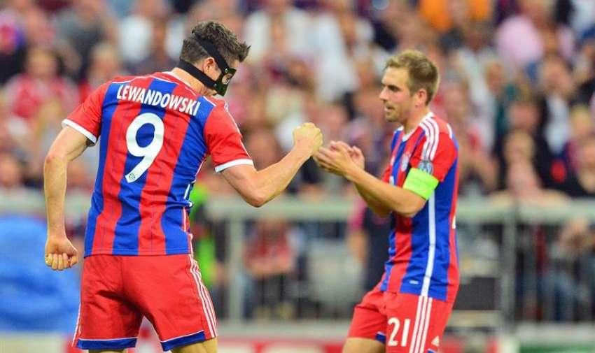Los jugadores de Bayern Robert Lewandowski (i) y Phillip Lahm (d) celebran después de anotar un gol hoy, martes 12 de mayo de 2015. EFE
