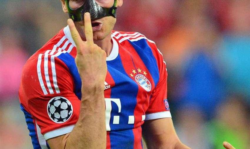 El jugador del Bayern Robert Lewandowski hoy, martes 12 de mayo de 2015, durante el segundo partido de una de las semifinales de la Liga de Campeones de la UEFA, entre Barcelona y Bayern, en el estadio Allianz Arena de Múnich (Alemania). EFE