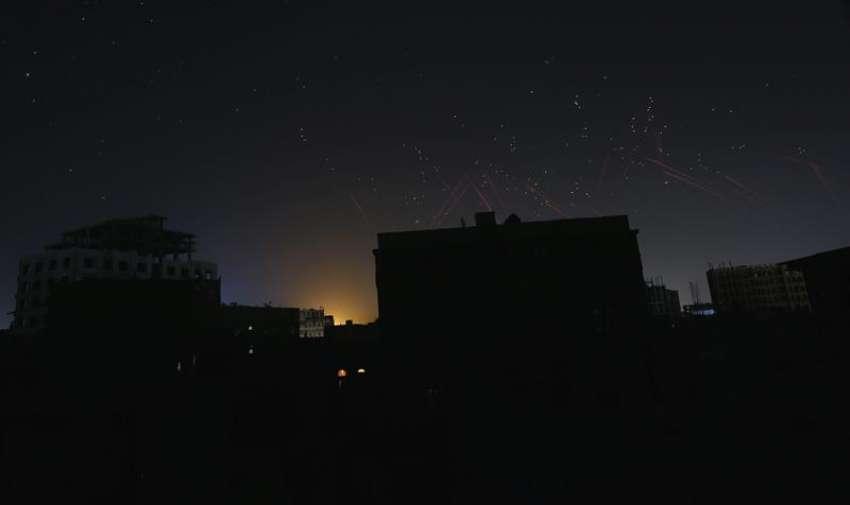 El cielo se ilumina al caer el ataque aéreo de la coalición saudí antes del comienzo de la tregua ayerll. Yemen vive hoy su primer día de tregua humanitaria tras el inicio del alto el fuego anoche entre la coalición liderada por Riad y el movimiento de los hutíes, que tiene como objetivo facilitar la llegada de ayuda humanitaria. EFE