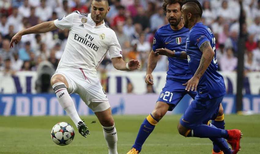 El delantero francés del Real Madrid Karim Benzema (i) disputa un balón con el centrocampista italiano de la Juventus de Turín Andrea Pirlo (2d) y el centrocampista chileno Arturo Vidal (d), durante el partido de vuelta de la semifinal de la Liga de Campeones que se juega esta noche en el estadio Santiago Bernabéu, en Madrid. EFE