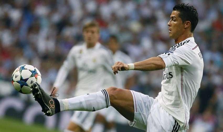 El delantero portugués del Real Madrid, Cristiano Ronaldo, controla la pelota durante el partido de vuelta de semifinales de la Liga de Campeones que disputan frente a la Juventus de Turín esta noche en el estadio Santiago Bernabéu. EFE